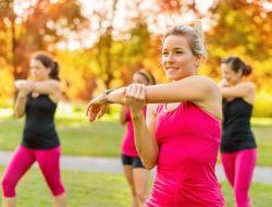 wanita sedang berolahraga