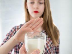 wanita menolak segelas susu