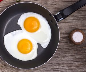 Dua telur dalam wajan