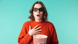 Wanita sedang menonton film